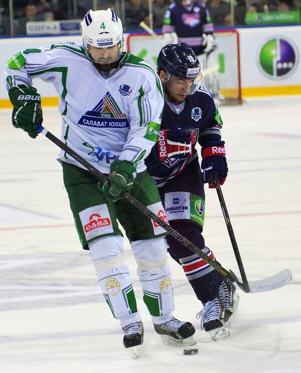 Игрок Салавата Юлаева Кирилл Кольцов (слева) и игрок Метеллурга Франсис Паре