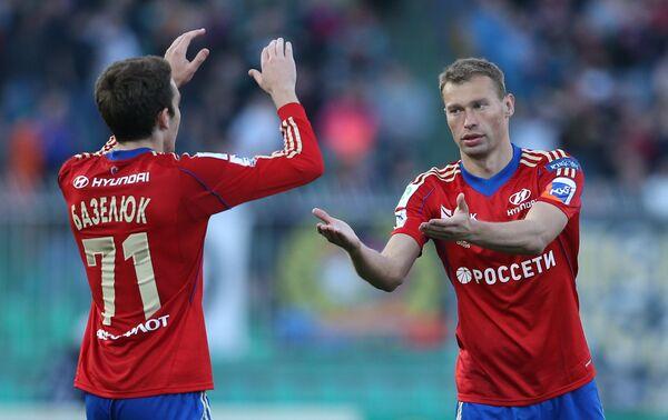 Игроки ЦСКА Константин Базелюк (слева) и Василий Березуцкий