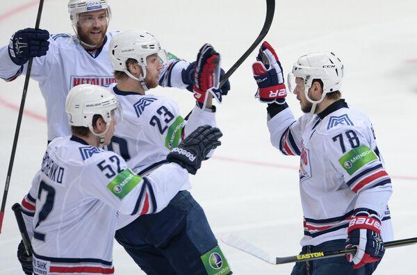 Хоккеисты Металлурга Сергей Терещенко, Евгений Тимкин, Ярослав Хабаров (слева направо на первом плане)
