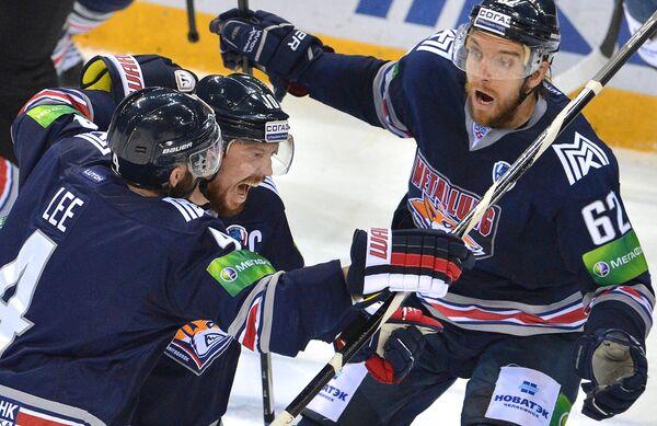 Игроки ХК Металлург Крис Ли, Сергей Мозякин и Оскар Осала (слева направо)