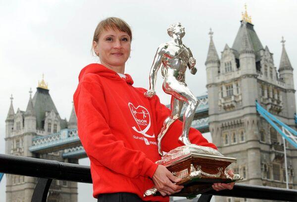 2010 год. Лилия Шобухова - победительница Лондонского марафона с трофеем