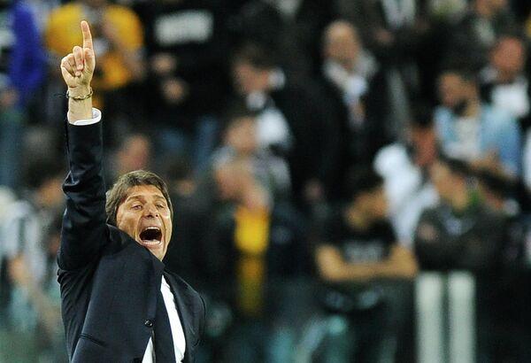 Главный тренер Ювентуса Антонио Конте руководит своей командой в матче против Бенфики