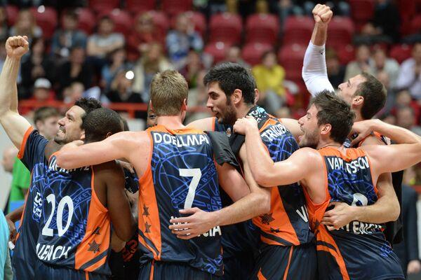 Баскетболисты Валенсии радуются победе в финальном матче Кубка Европы 2013/2014