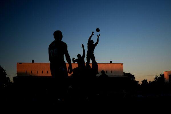 Игроки РК Красный Яр и игроки РК Енисей-СТМ в матче за Суперкубок России по регби