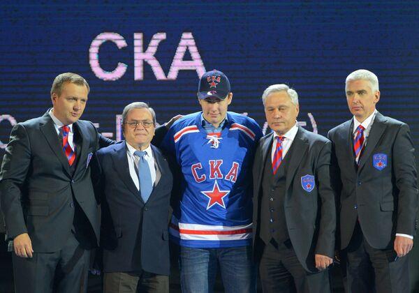 Спортивный директор ХК СКА Андрей Точицкий, вице-президент КХЛ по хоккейным операциям Владимир Шалаев (слева направо) и хоккеист Егор Рыков (в центре)