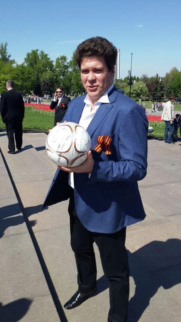 Пианист Денис Мацуев получил мяч с автографами игроков мадридского Реала