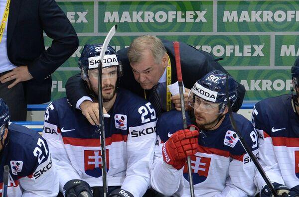 Главный тренер сборной Словакии Владимир Вуйтек (в центре)