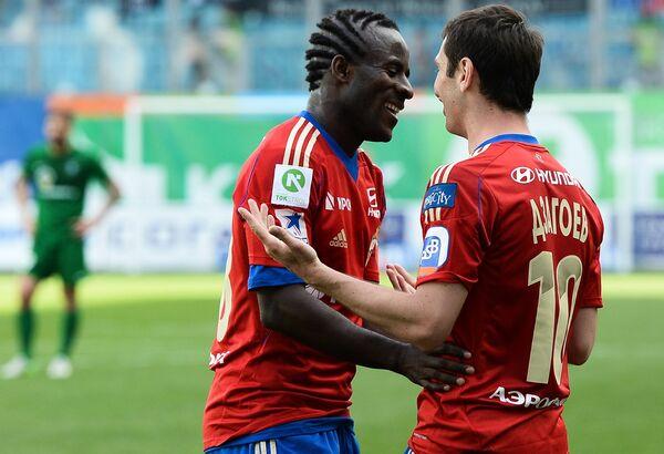 Футболисты ПФК ЦСКА Сейду Думбия (слева) и Алан Дзагоев радуются забитому голу в ворота Томи
