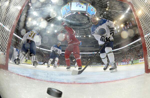 Форвард сборной Белоруссии Михаил Грабовский радуется заброшенной шайбе в ворота Казахстана