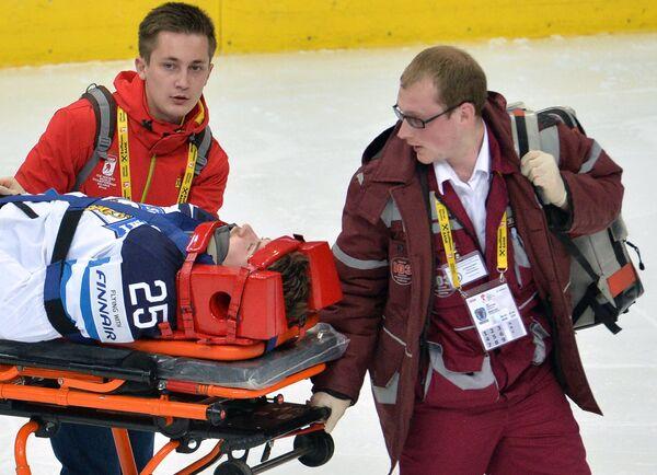 Медики оказывают первую помощь игроку сборной Финляндии Пекке Йормакку
