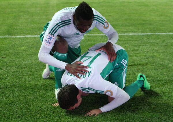 Футболисты Терека Исмаил Айссати (справа) и Жереми Бокила