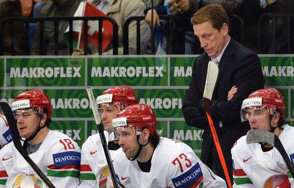 Главный тренер сборной Белоруссии Глен Хэнлон (второй справа)