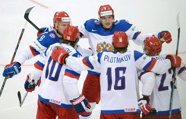 Хоккеисты сборной России радуются забитому голу в ворота американских хоккеистов