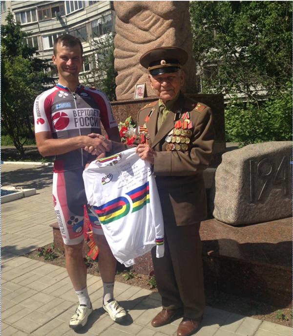 Велогонщик Иван Ковалев отдал призовые деньги ветерану ВОВ