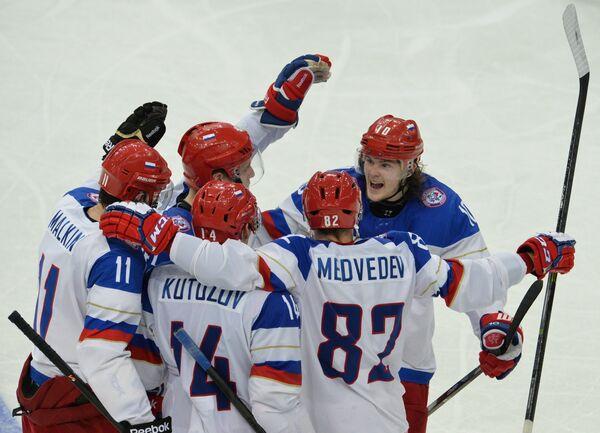 Хоккеисты сборной России радуются заброшенной шайбе в в ворота французов