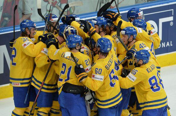 Хоккеисты сборной Швеции радуются победе в четвертьфинальном матче чемпионата мира по хоккею
