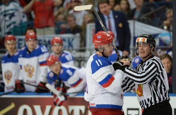 Форвард сборной России Евгений Малкин (слева)