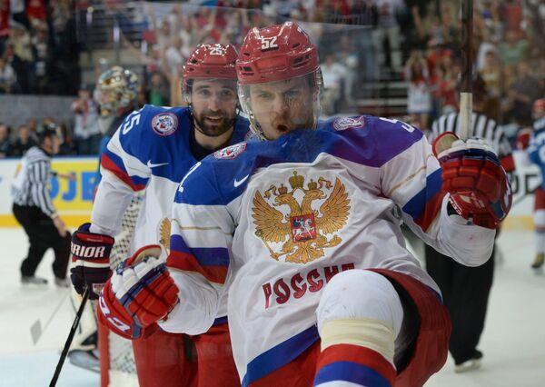 Хоккеисты сборной России Данис Зарипов (слева) и Сергей Широков радуются заброшенной шайбе