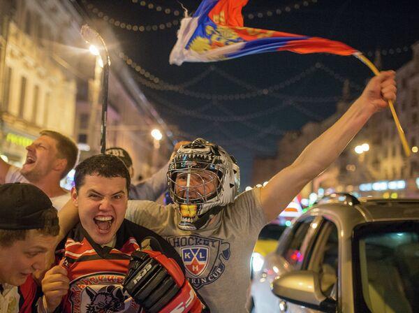 Болельщики празднуют победу сборной России по хоккею