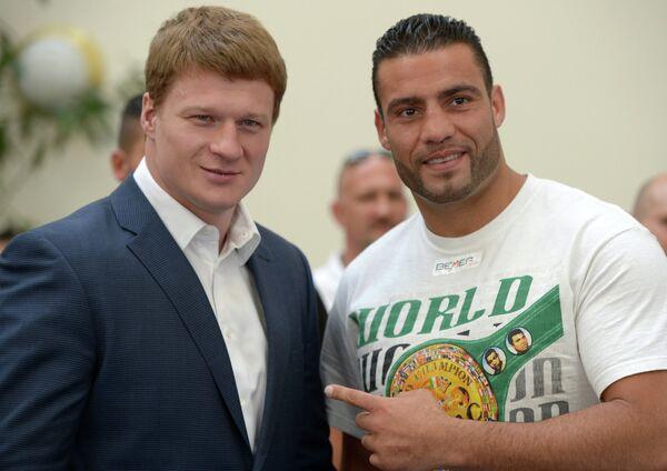 Российский боксер Александр Поветкин (слева) и немецкий боксер Мануэль Чарр