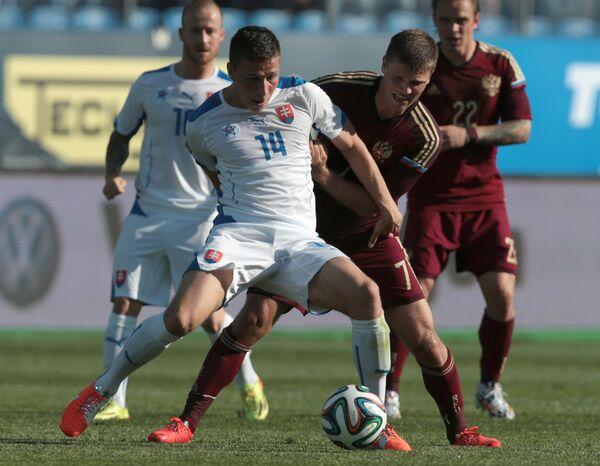 Полузащитник сборной России Игорь Денисов (справа) и полузащитник сборной Словакии Филип Кисс