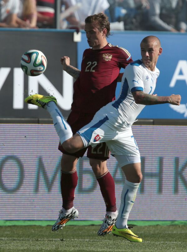 Защитник сборной России Андрей Ещенко (слева) и нападающий сборной Словакии Адам Немец
