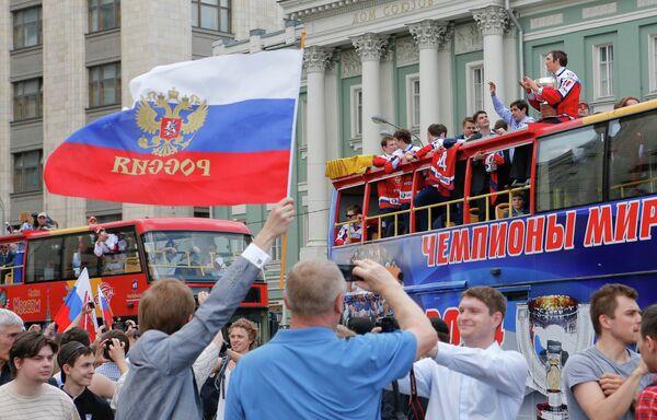 Болельщики приветствуют российских хоккеистов во время торжественных мероприятий по случаю победы на чемпионате мира по хоккею 2014