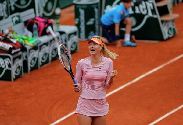 Мария Шарапова радуется победе в четвертом круге Ролан Гаррос