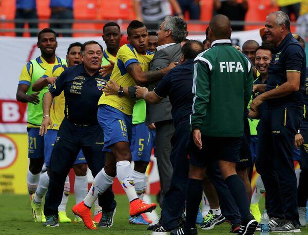 Футболисты Эквадора празднуют ничью с Англией