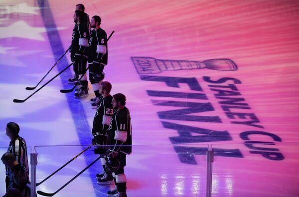 Хоккеисты Лос-Анджелес Кингз перед началом матча финала Кубка Стэнли-2014