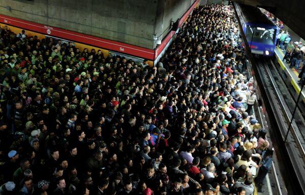 Пассажиры в метро Сан-Паулу