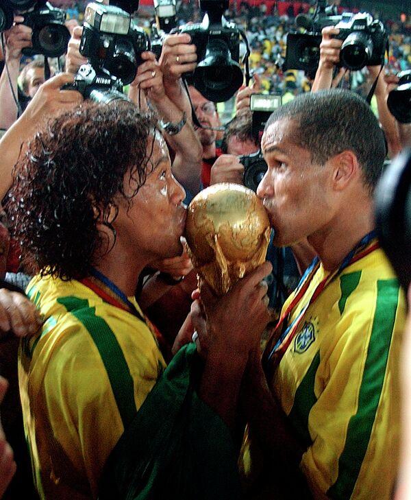 Футболисты сборной Бразилии Роналдиньо и Ривалдо (слева направо)