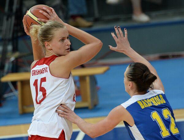 На фото: баскетболистка сборной России Надежда Грушаева (слева) и баскетболистка сборной Швеции Анна Бартхолд