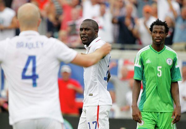 Форвард сборной США Джози Алтидор (в центре) радуется забитому мячу в ворота сборной Нигерии