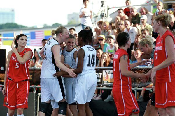 Баскетболистки сборной Бельгии (в центре) радуются победе в матче за третье место