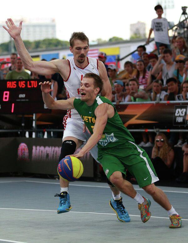 Игрок сборной России Константин Нестеров и игрок сборной Литвы Овидьяс Варанаускас