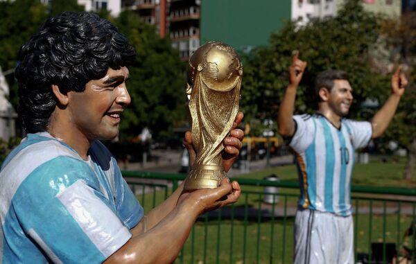 Статуи Диего Марадоны и Лионеля Месси в Буэнос-Айресе