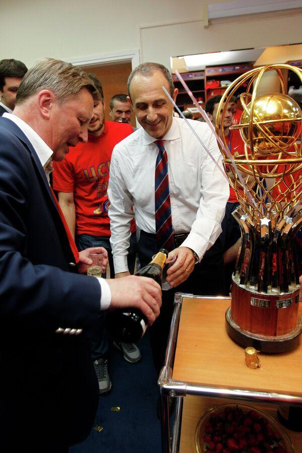 Сергей Иванов (слева) и Этторе Мессина в раздевалке во время празднования победы ПБК ЦСКА в финальной серии плей-офф Единой Лиги ВТБ