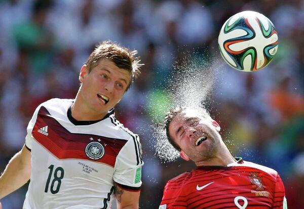 Полузащитник сборной Германии Тони Кроос и полузащитник сборной Португалии Жуан Моутиньо (слева направо)