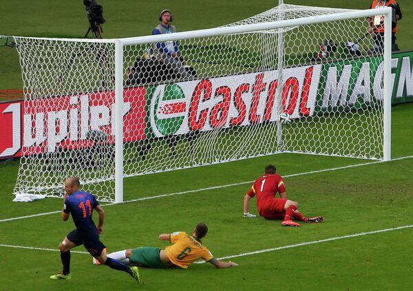 Арьен Роббен (слева направо) забивает мяч в ворота австралийцев