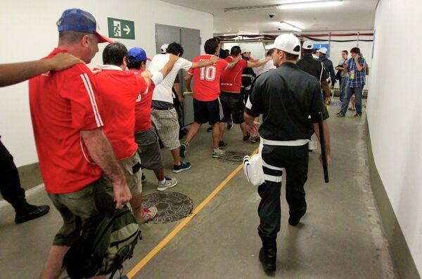 Болельщики сборной Чили, прорвавшиеся в пресс-центр Мараканы /