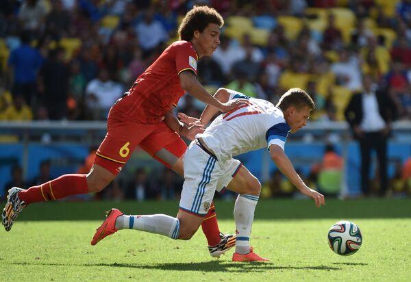 Игрок сборной Бельгии Аксель Витсель (слева) и игрок сборной России Олег Шатов