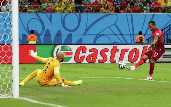 Нани забивает гол в ворота Тима Ховарда