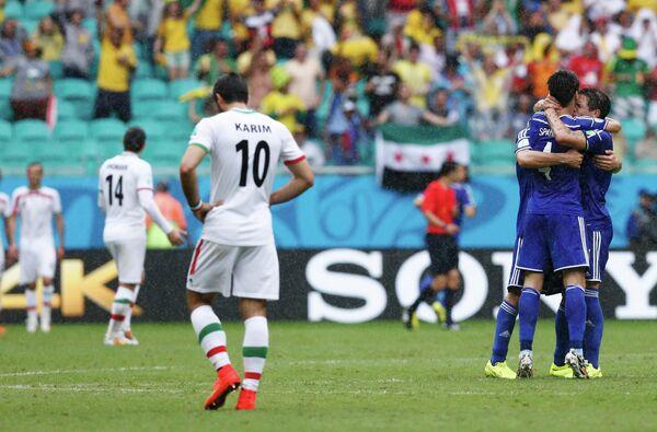 Футболисты сборной Боснии радуются забитому мячу Авдии Вршаевича