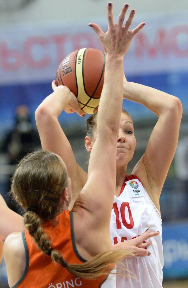 Баскетболист сборной Нидерландов Таня Бреринг (слева) и защитник сборной России Татьяна Абрикосова
