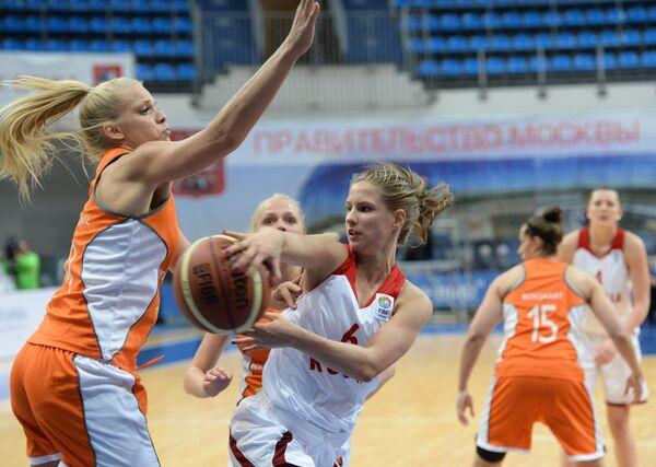 Ксения Левченко (справа)