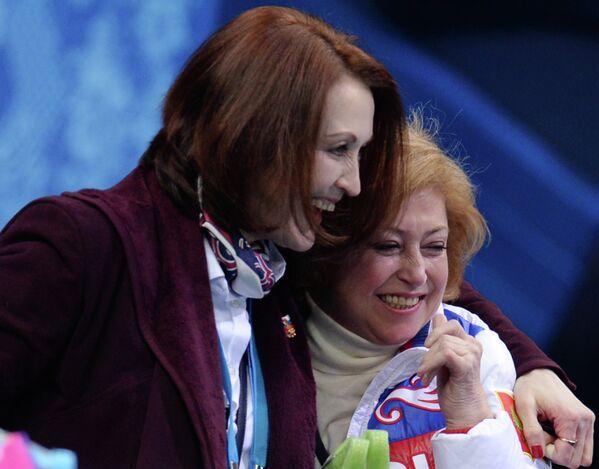 Тренер Елена Буянова (справа) и хореограф Ирина Тагаева во время выступления Аделины Сотниковой на зимних Олимпийских играх в Сочи