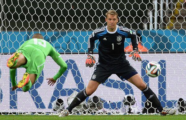 Форвард сборной Алжира Ислам Слимани и вратарь сборной Германии Мануэль Нойер (справа).
