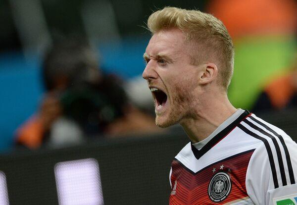 Полузащитник сборной Германии Андре Шюррле радуется забитому голу.
