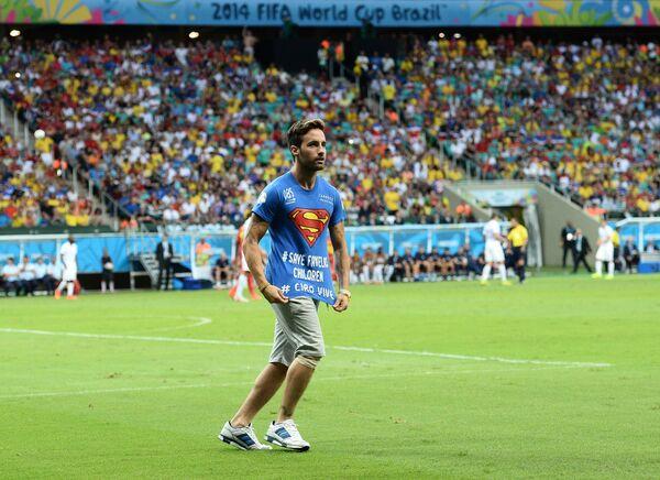 Болельщик, выбежавший на поле, в матче 1/8 финала чемпионата мира по футболу 2014 Бельгия - США.